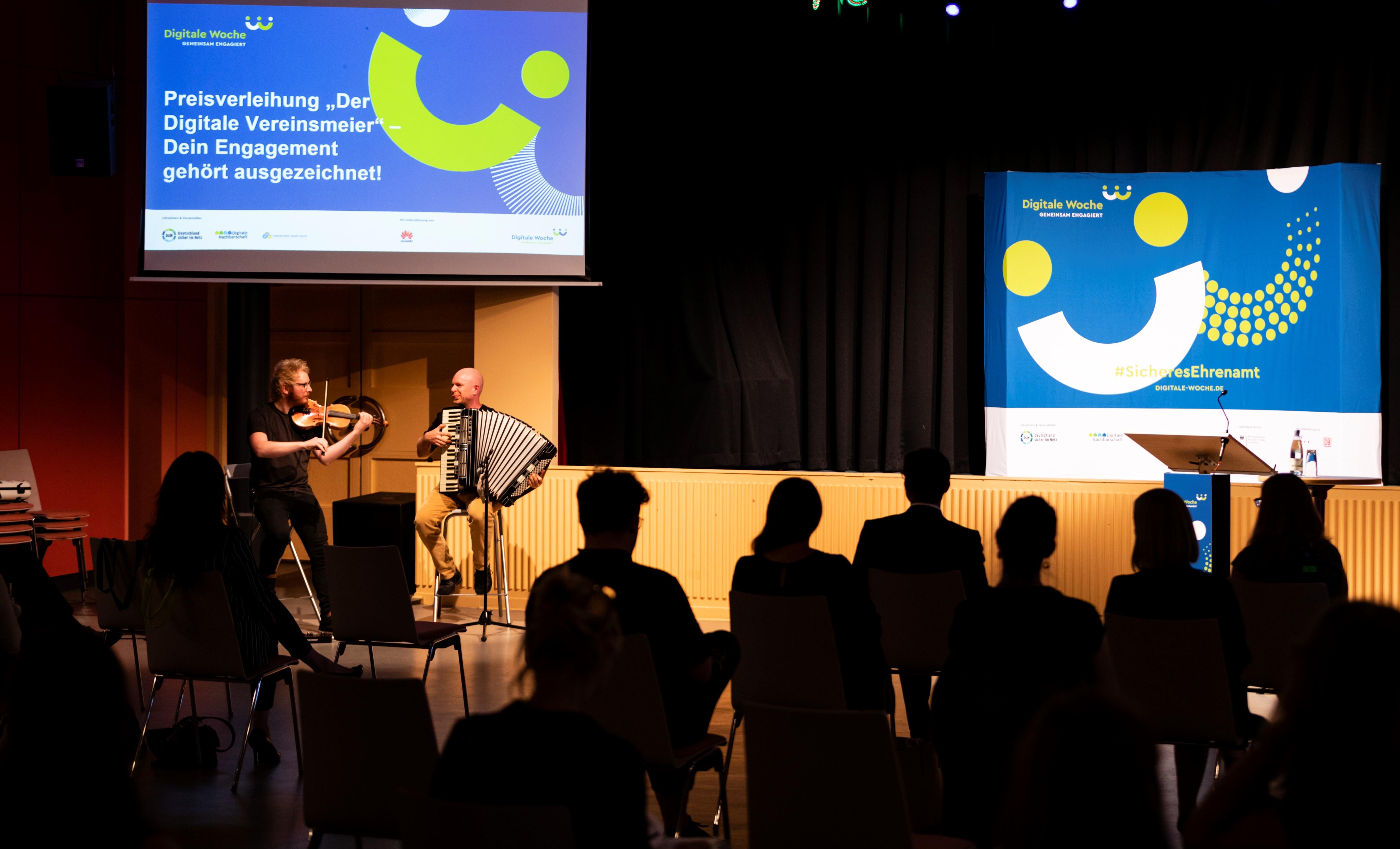 Blick zur Bühne bei der Preisvergabe des Digitalen Vereinsmeiers