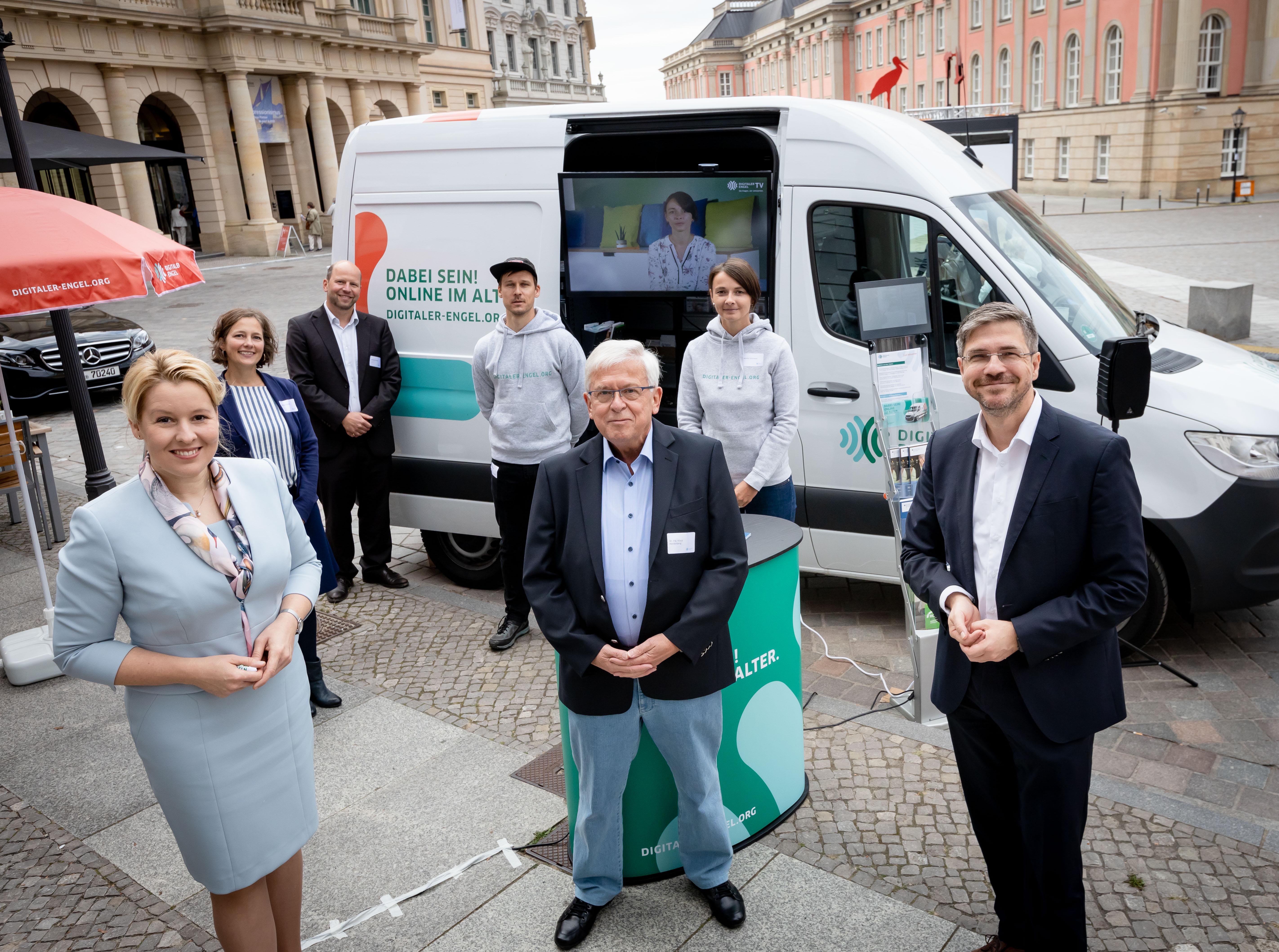 Das Team des Digitalen Engels und die Bundesseniorenministerin Dr. Franziska Giffey vor dem Engel-Mobil in Potsdam.