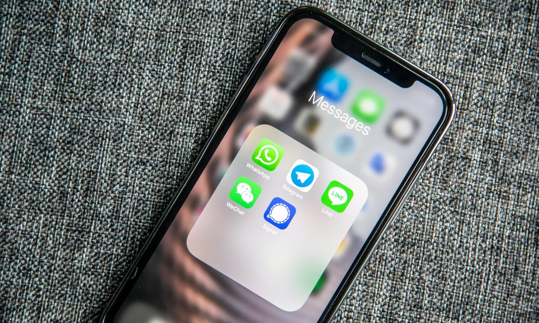 Smartphone zeigt Messenger-Dienste auf dem Display an