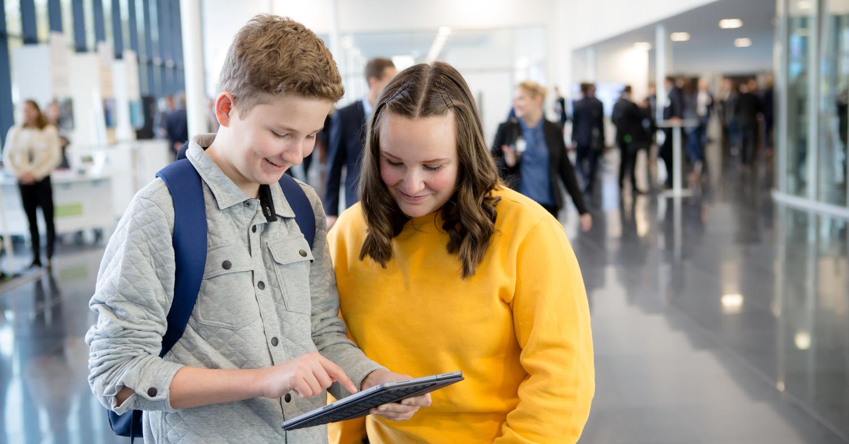 """Jugendliche tauschen sich per Smartphone aus. Foto für den Jugendwettbewerb myDigitalWorld """"digitale Plattformen"""" unter Schirmherrschaft von Staatsministerin Dorothee Bär"""