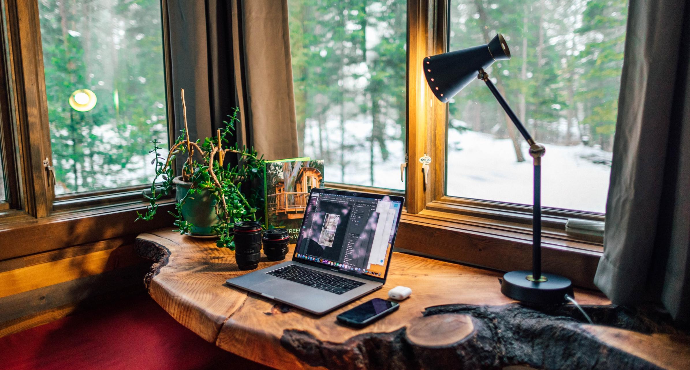 Bild: Home-Office-Arbeitsplatz mit digitalen Geräten, DsiN-Tipps zum sicheren Arbeiten von zu Hause im Home-Office